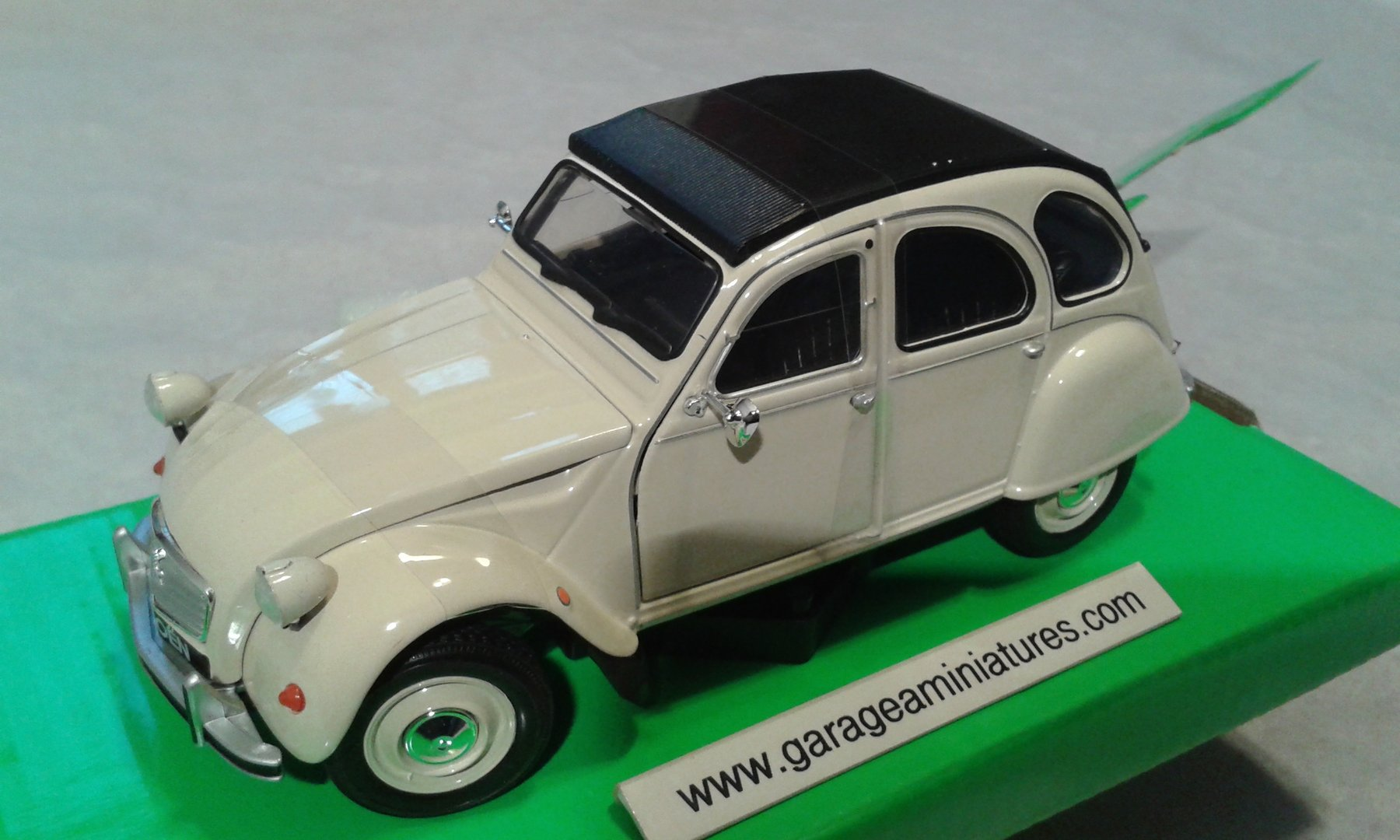 voiture citroen 2cv beige au 1 24 eme garage a miniatures. Black Bedroom Furniture Sets. Home Design Ideas